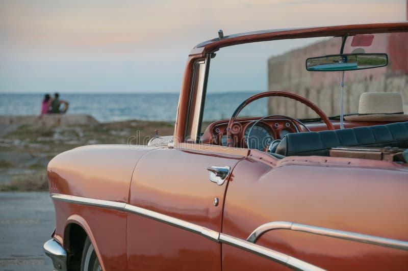经典敞篷车汽车在哈瓦那coastCuba停放了 免版税库存照片