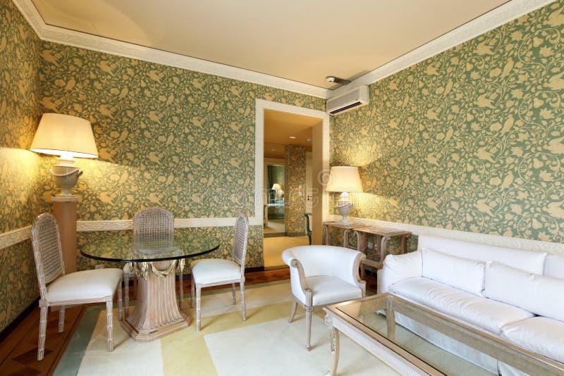 经典方便的客厅 免版税库存照片