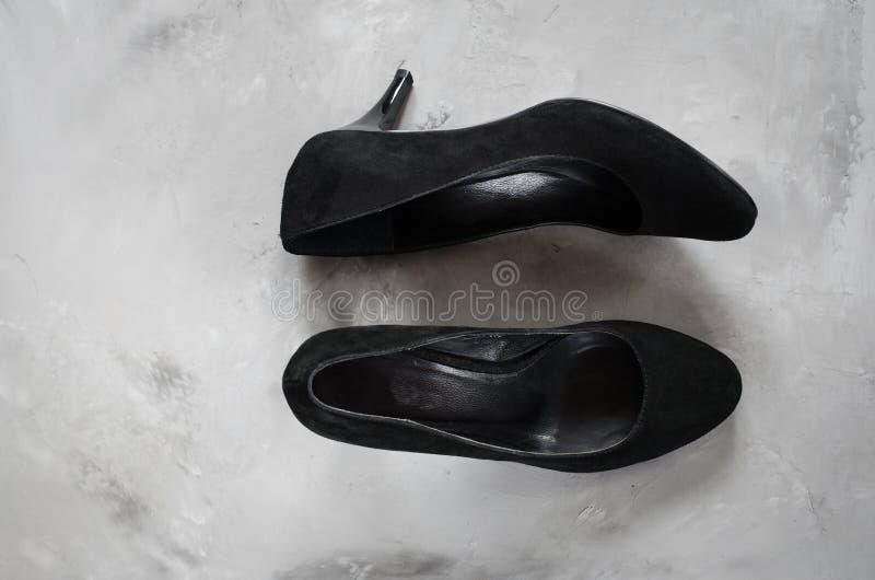 经典有高跟鞋的妇女的黑绒面革鞋子 免版税库存照片
