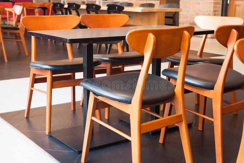 经典样式桌和椅子在自助食堂,室内设计, W 免版税图库摄影