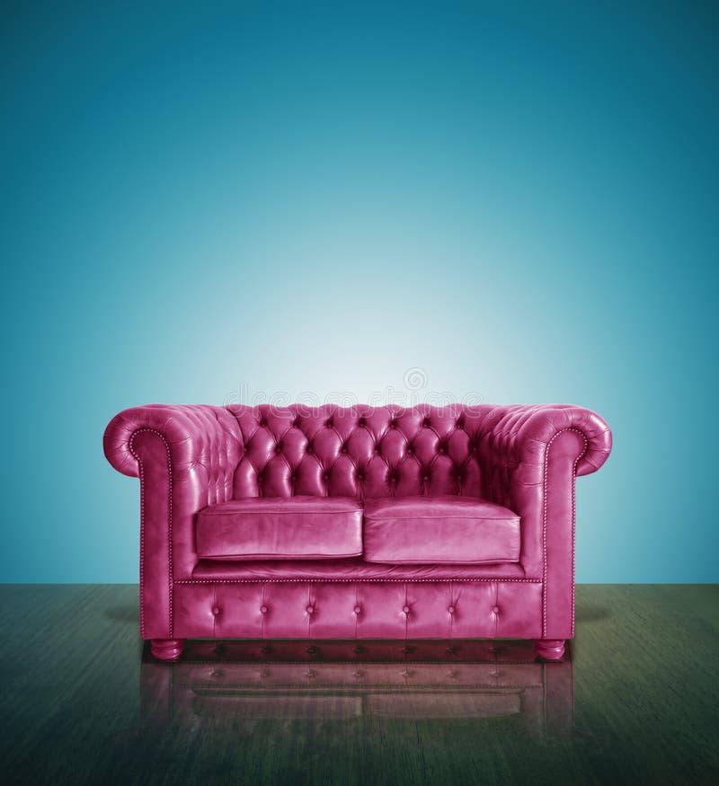 经典桃红色皮革沙发 库存照片