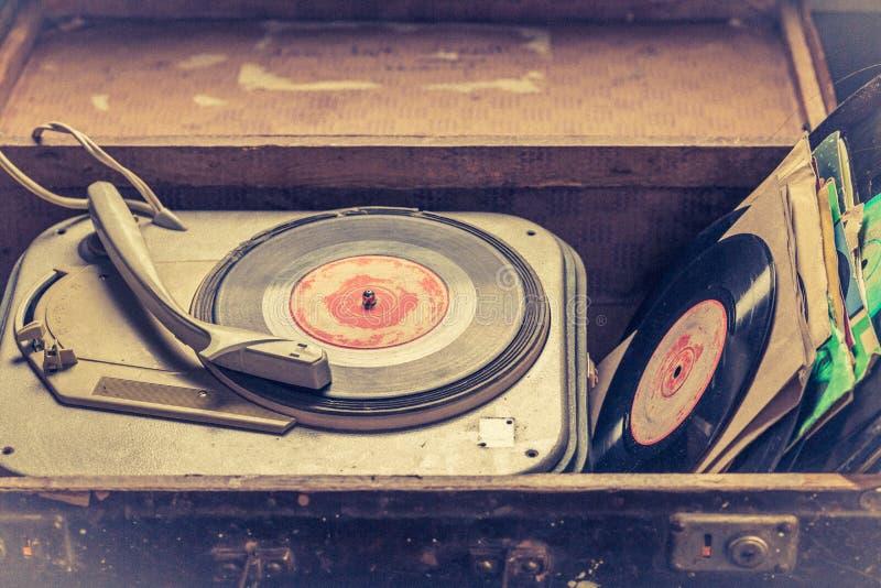 经典电唱机和乙烯基在一个老手提箱 免版税库存图片