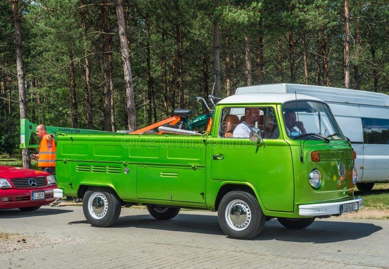 经典绿色VW运输者搬运车 库存照片
