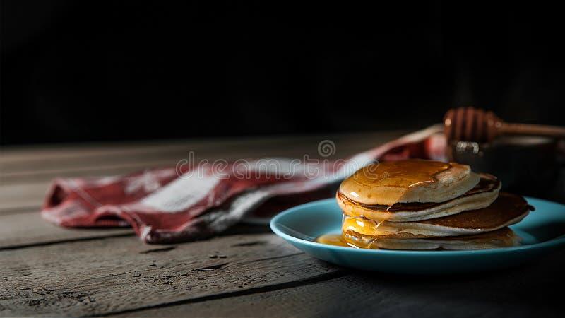 经典美国薄煎饼用蜂蜜 免版税库存图片