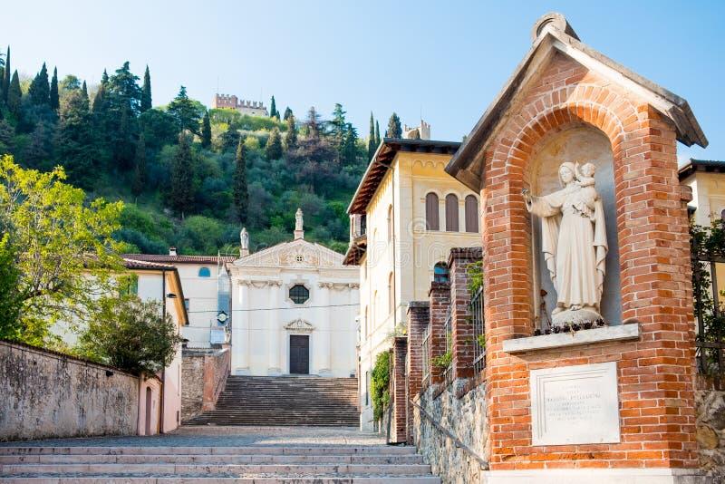 经典老中世纪意大利首都看法有圣母玛丽亚雕象的在马罗斯蒂卡镇在威尼托地区在与老教会的日落 免版税库存图片