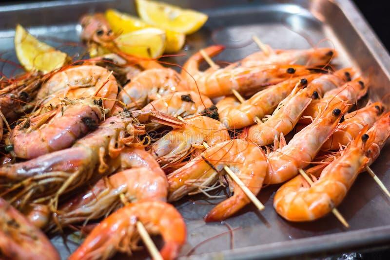 经典老虎虾串 虾sriracha kebabs用晚餐的柠檬 在格栅准备的可口大虾唾液 极端关闭 免版税库存图片
