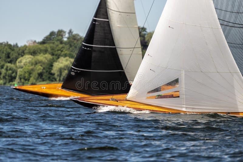 经典航行在赛船会的一个湖乘快艇 库存照片