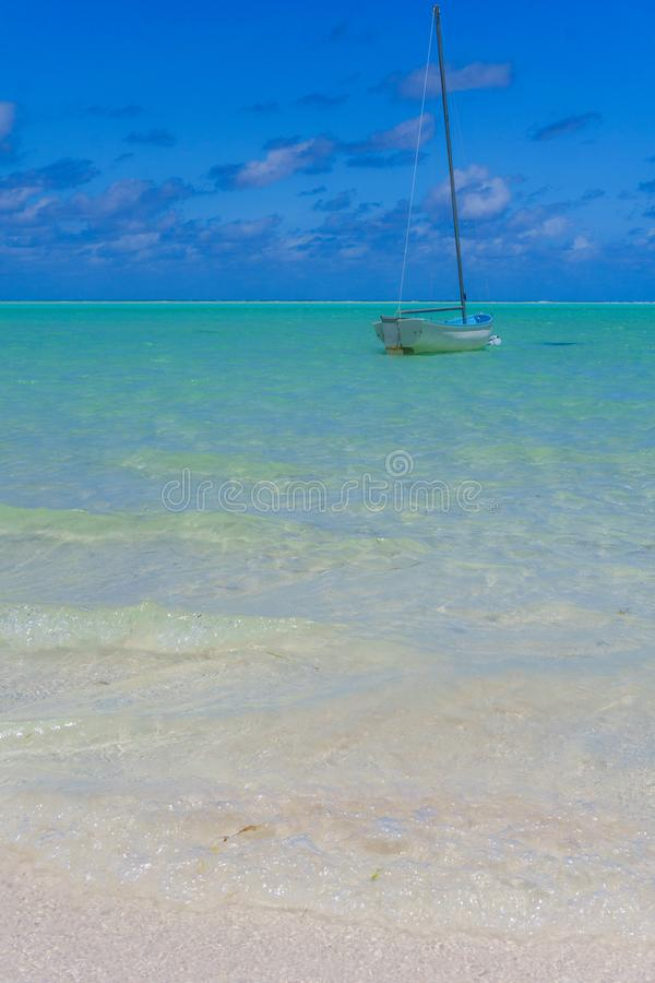 经典航行的Sloop停住在美丽的海滩 库存照片