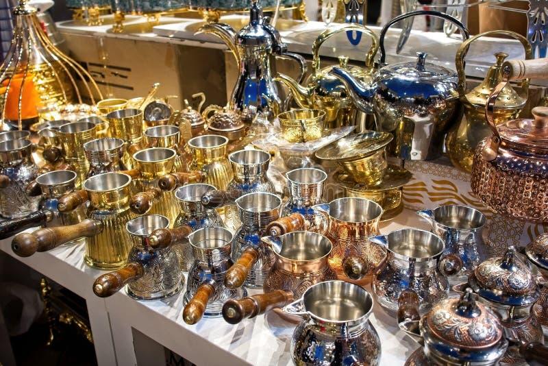 经典茶壶和平底深锅有把柄的待售在迪拜市场上 库存照片