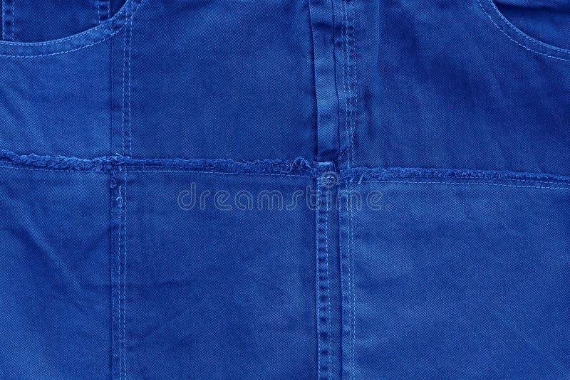 经典蓝色2020面料牛仔裤的背景 2020年节假日和派对组织背景颜色 COY2020 库存图片