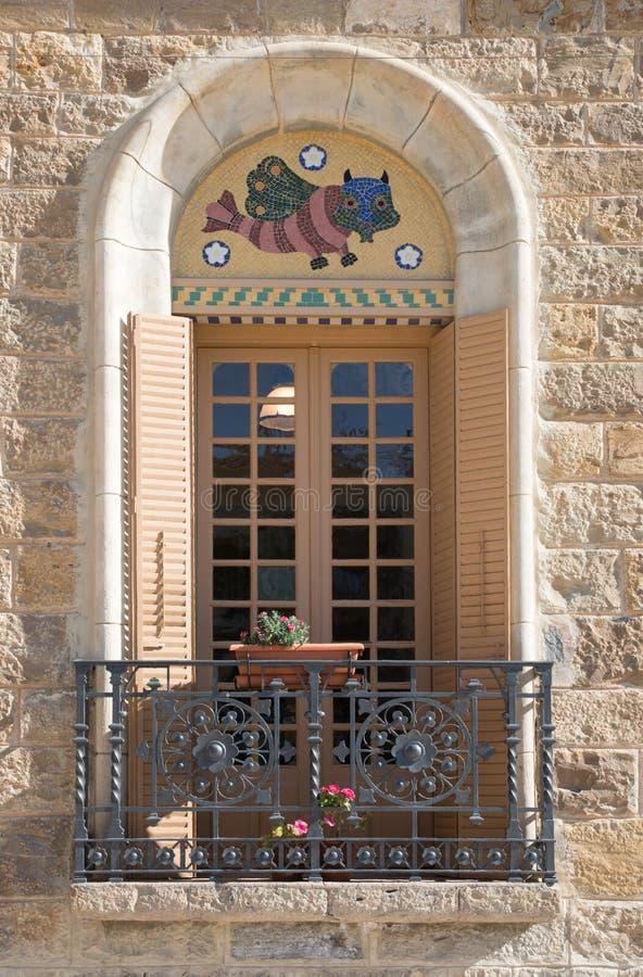 经典西班牙语与窗口的被恢复的修造的门面 库存图片