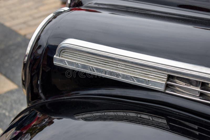 经典豪华汽车,黑颜色的减速火箭的汽车1938年欧宝海军上将 关闭象征欧宝事件海军上将,老汽车 库存图片