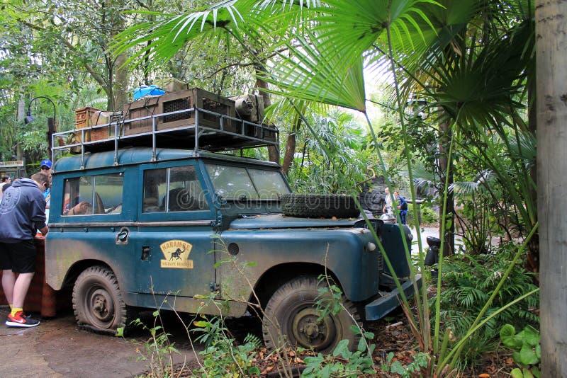经典陆虎徒步旅行队卡车搁浅的动物界 免版税库存照片