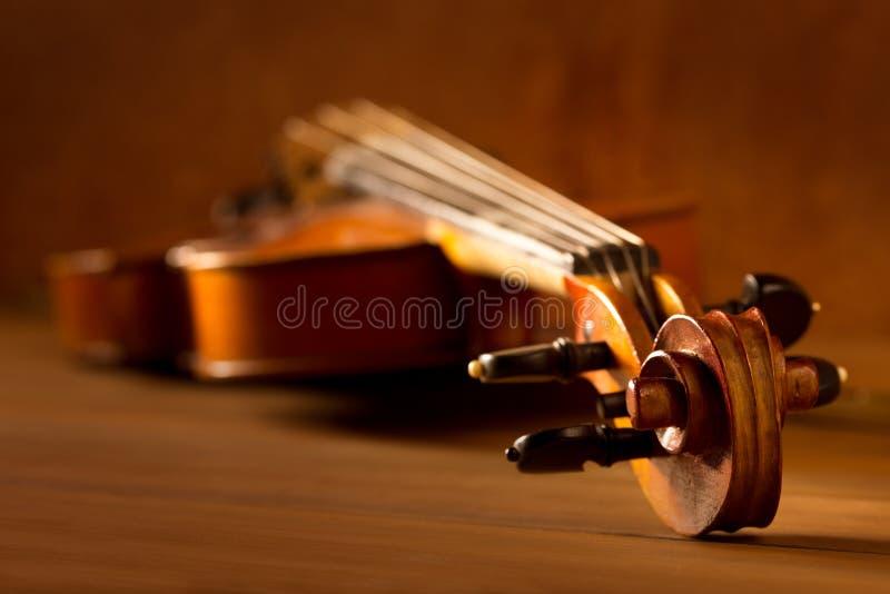 经典音乐小提琴葡萄酒在木背景中 免版税库存照片