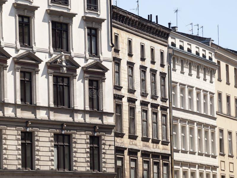 经济公寓住宅/城内住宅窗口街道都市样式背景 克拉科夫、波兰和擦亮剂建筑学概念 库存照片