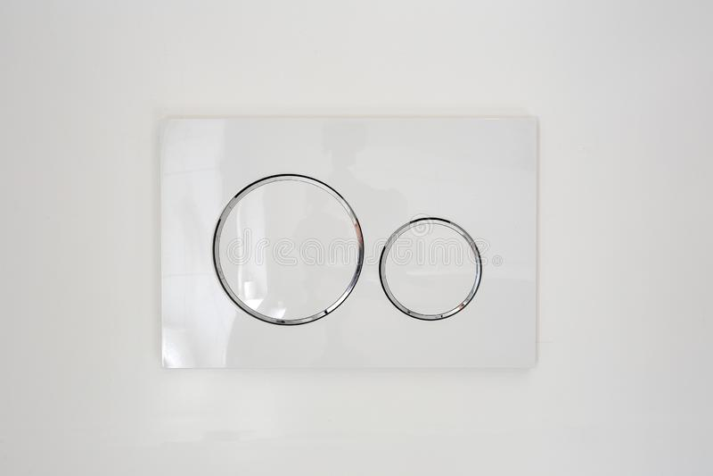 经济有两个不同按钮的洗手间充足的新闻,抽水马桶现代设计特写镜头的 免版税图库摄影