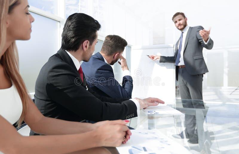 经理介绍商务伙伴的一个新的项目 免版税库存图片