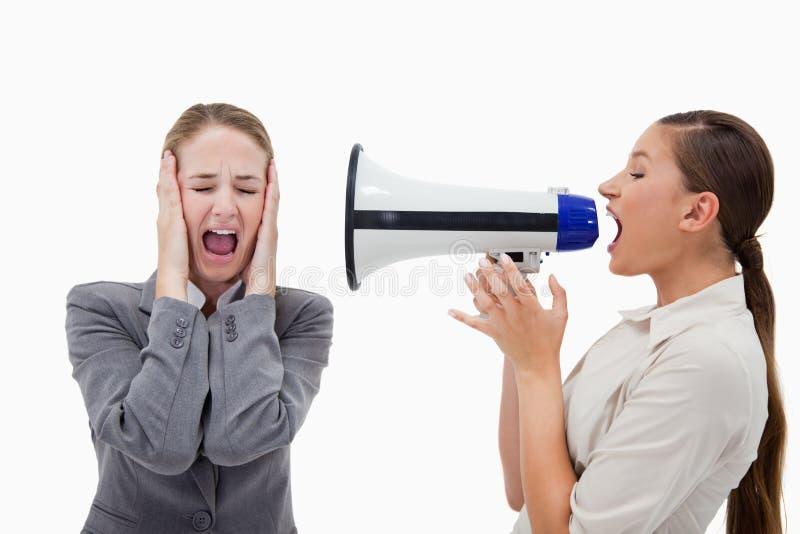 经理叫喊对她的同事 免版税库存照片