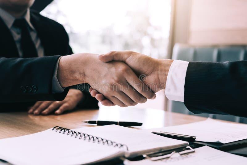 经理和雇员与握手的采访概念在谈论合同签字以后 图库摄影