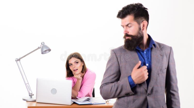 经理在女孩前面的上司立场繁忙与膝上型计算机 r E ?? 库存图片