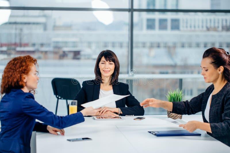 经理在设计事务所带领激发灵感会议 库存照片
