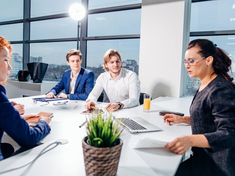 经理在设计事务所带领激发灵感会议 免版税库存照片