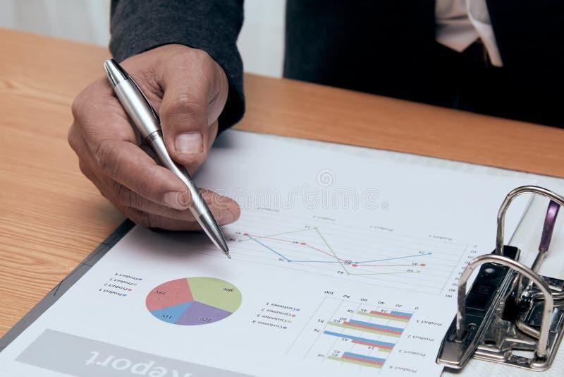经理检查在文件的销售报告数据 免版税库存图片