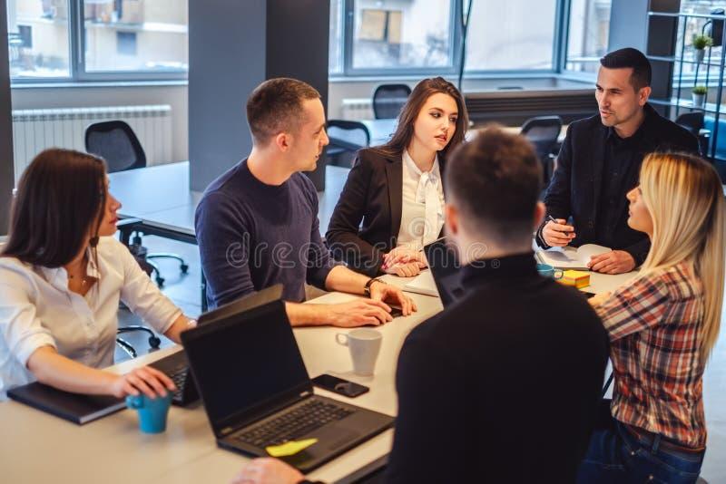 经理谈话与他的职员在办公室会议上 免版税库存照片