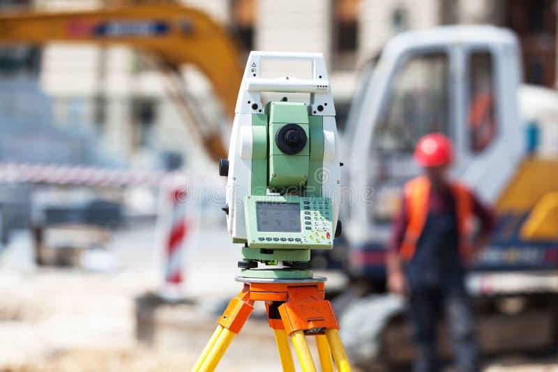 经纬仪或测量员户外设备tacheometer在工地工作 免版税库存照片