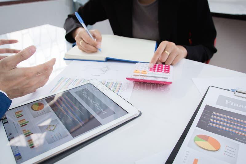 经营战略投资概念:两个商人确信的行政同事见面和谈论在办公室 免版税库存图片