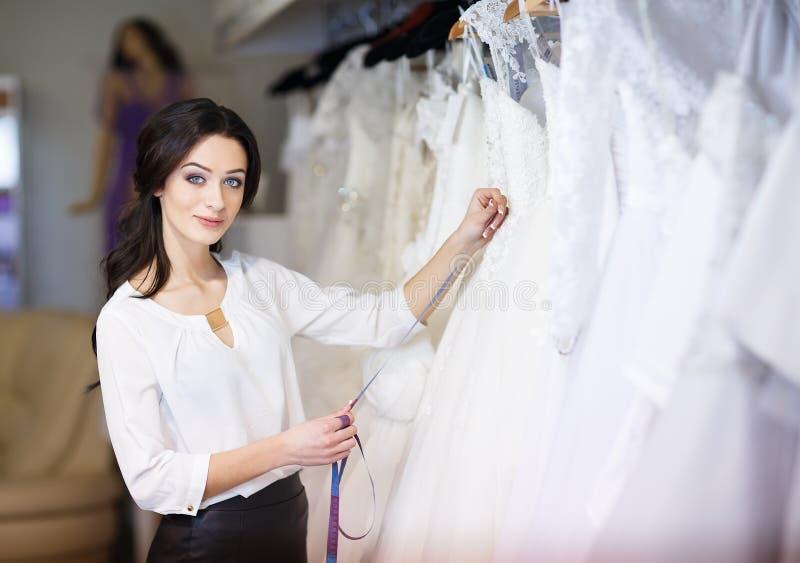 经销商顾问在婚纱背景中  图库摄影