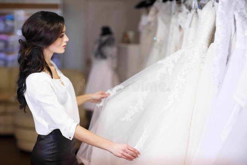 经销商顾问在婚纱背景中  库存图片