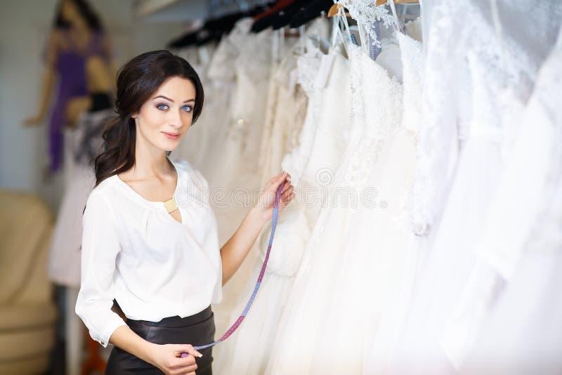 经销商顾问在婚纱背景中  免版税库存照片