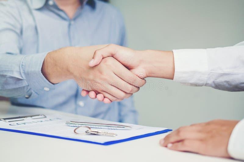 经销处和顾客握手和标志协议收缩, I 库存照片