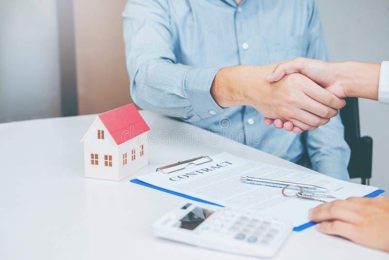 经销处和顾客握手和标志协议收缩, I 免版税图库摄影