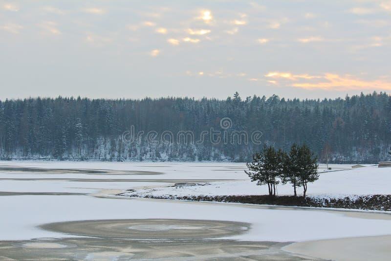 结冰和多雪的水坝在河Malse的Rimov 免版税库存照片