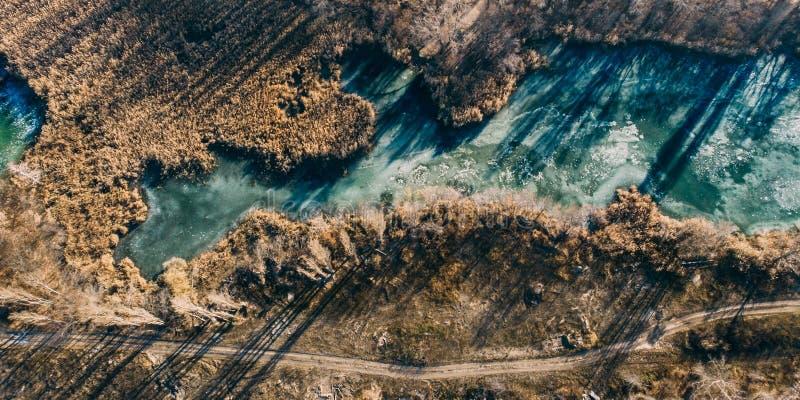 结冰的池塘或湖,从寄生虫的顶视图,在冷淡的天气的冬天空中自然风景 库存照片