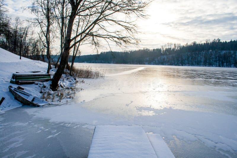 结冰的湖在冬天 库存图片