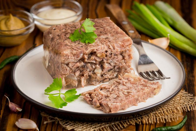 结冻用肉,牛肉小毒蛇,传统俄国盘,部分o 免版税库存照片