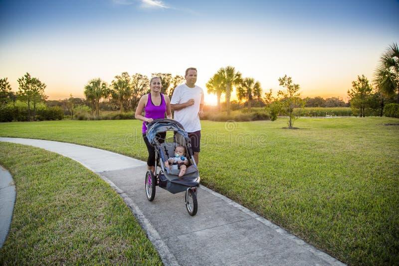 结合一起行使和跑步在公园 免版税库存照片