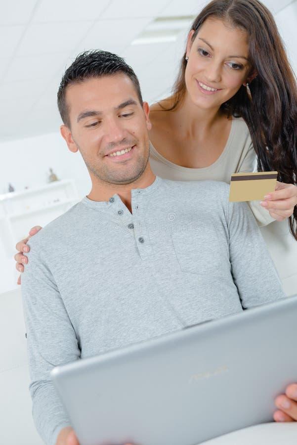 结合买在网上在与信用卡的internt 免版税图库摄影