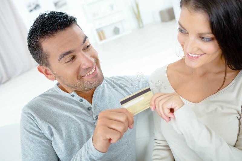 结合买在网上在与信用卡的internt 库存照片