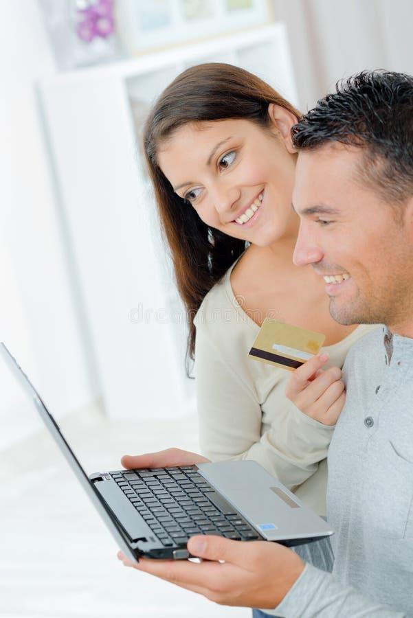 结合买在网上在interent与信用卡 库存照片