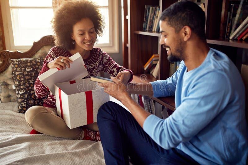结合交换圣诞礼物,当庆祝圣诞节在时 免版税图库摄影