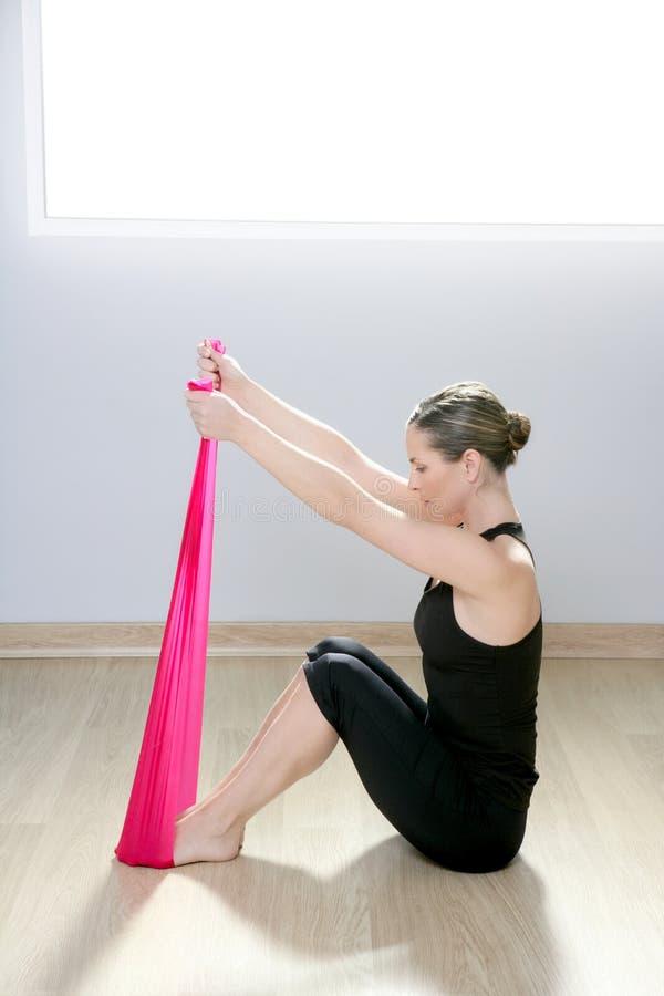 结合体操pilates红色抵抗橡胶女子瑜伽 图库摄影