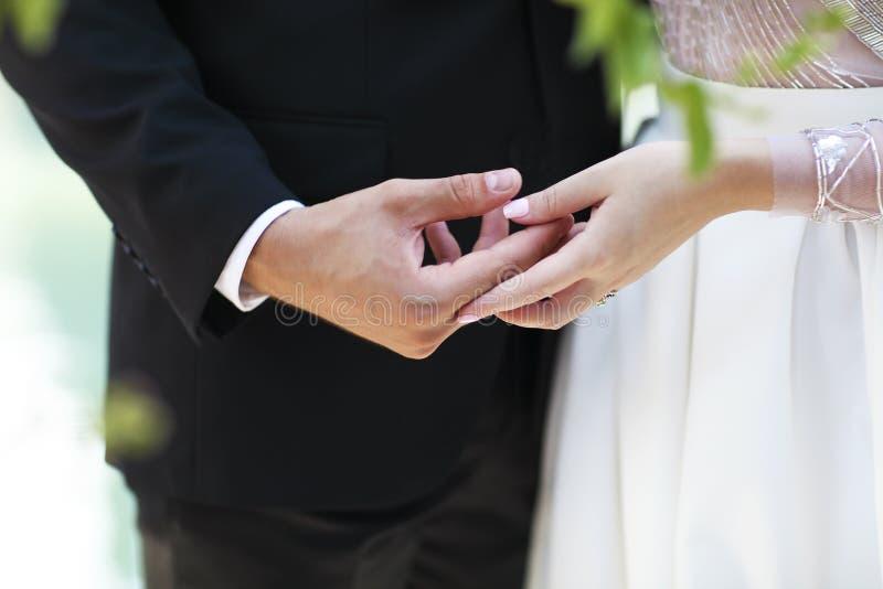 结合在一起使手的新郎和新娘 免版税库存图片