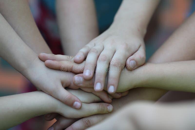 结合在一起使手的5个或6个孩子,使用 库存图片