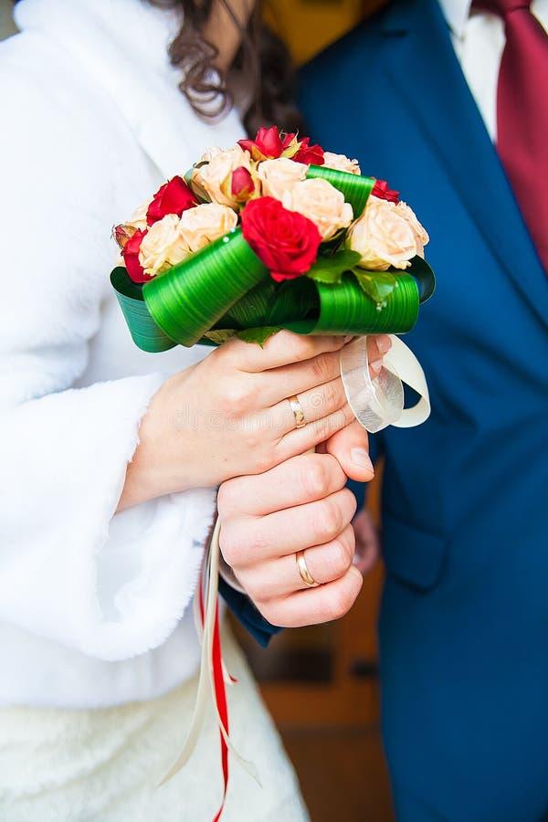 结合在一起使美丽的花束的新娘和新郎 库存照片