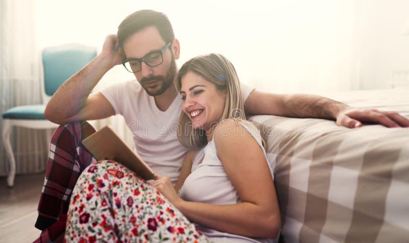 结合在分享愉快的片刻的爱在早晨 免版税图库摄影