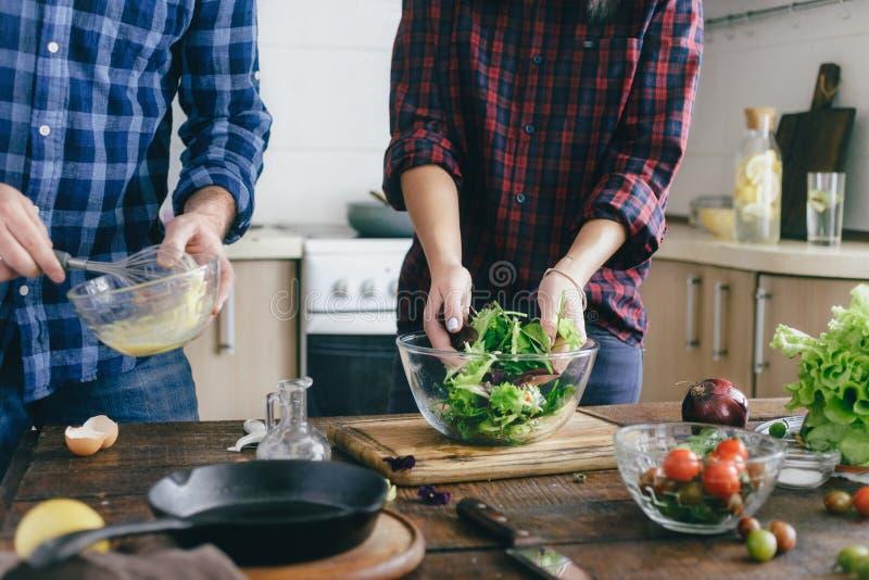 结合在家准备夏天沙拉厨房健康食物 免版税库存照片